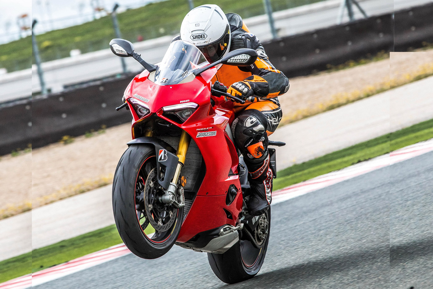 Ducati Panigale V4S in impennata