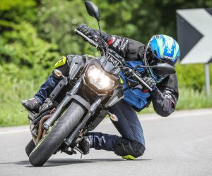 Le Icon Cloverleaf Knee in azione durante un test di SuperBike Italia