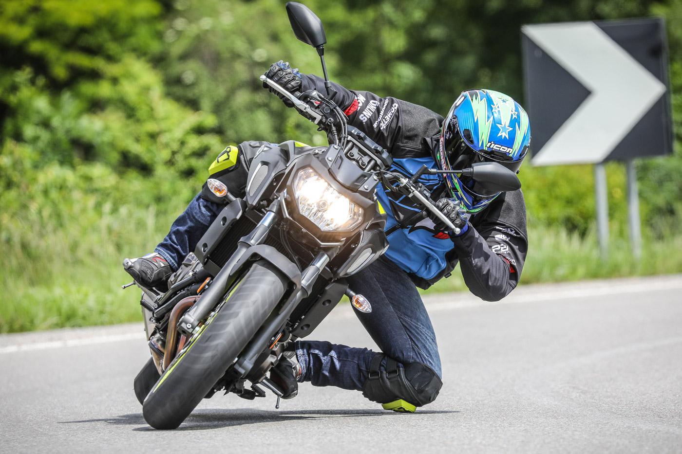 Le Icon Cloverleaf Knee in azione durante un test di SuperBike Italia