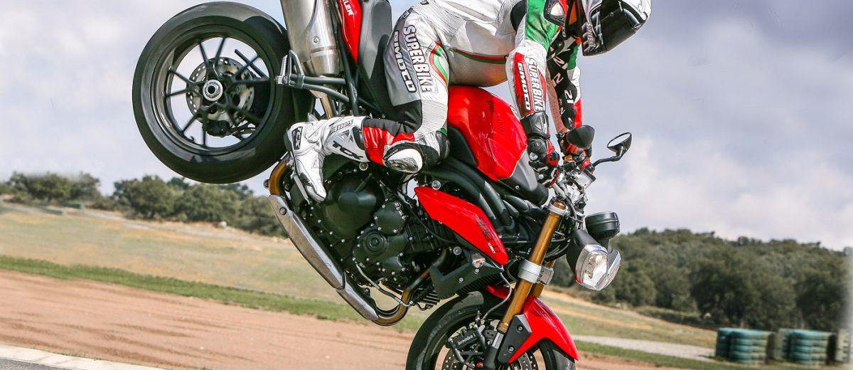 Triumph Speed Triple 2011 in stoppie