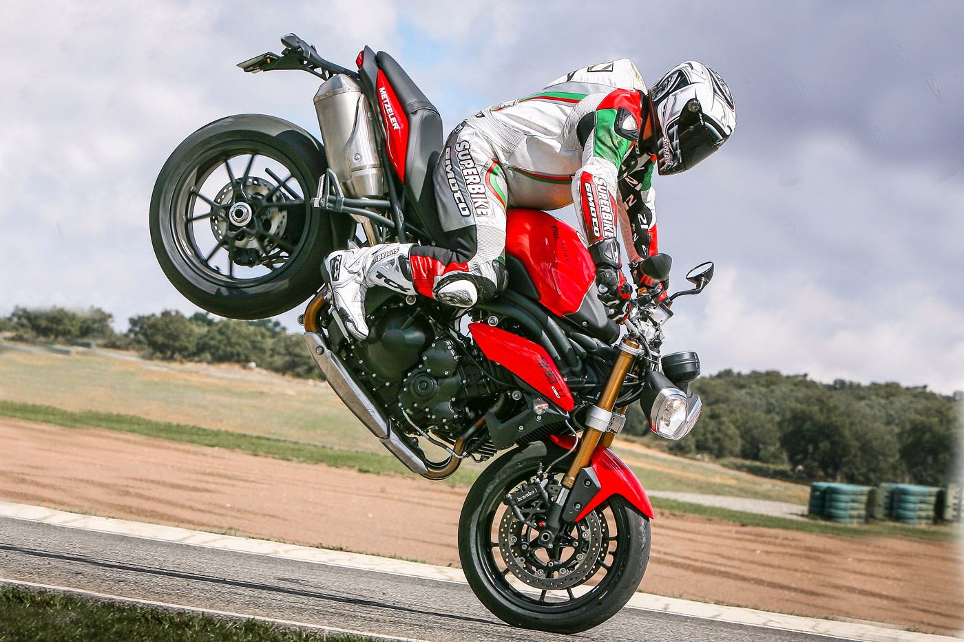 Triumph Speed Triple 2011 in stoppie
