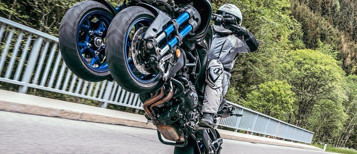 Yamaha Niken in impennata