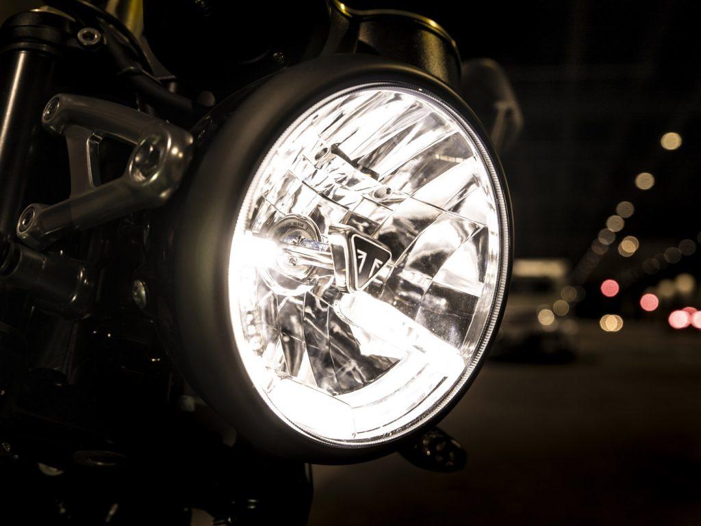 Il faro ha una luce diurna a LED